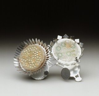 Britton Helen – 17.2003 (A) – broche Silver structure with 2 Dishes 2002