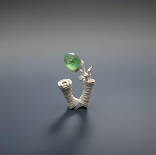 Wagner Andrea – 18.2002 – Ring met steen en ingegroeid sieraad 1997